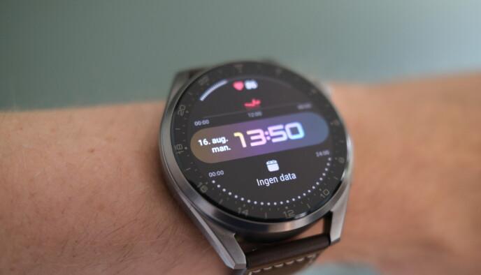 STOR SKJERM: Watch 3 Pro har en stor og flott skjerm. Dessverre gjør det også at smartklokka er for stor for mange. Foto: Martin Kynningsrud Størbu