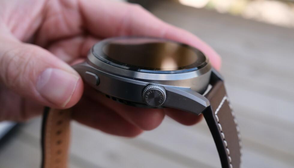Huawei Watch 3 Pro har en digital krone, som mange Apple Watch-brukere vil nok dra kjensel på. Foto: Martin Kynningsrud Størbu