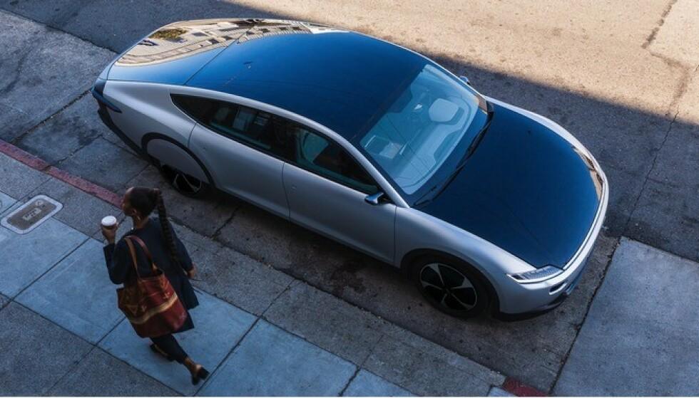 SOLCELLE-TAK: Hele taket er dekket av solceller. Ifølge fabrikken, skal disse kunne lade strøm tilsvarende sju mils rekkevidde hver dag når bilen står i sollys. Foto: Produsenten
