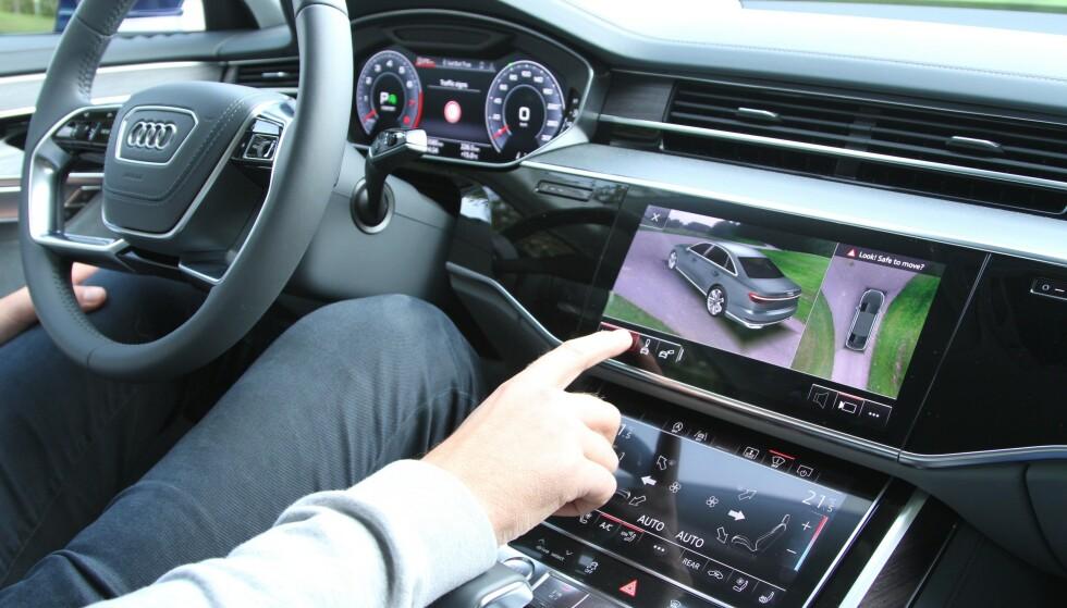 SLÅR ALARM: Stadig flere sier at bruk av den interaktive skjermen i bilen har ført til farlige situasjoner og ulykker. Utviklingen er negativ, sier eksperter som slår alarm nå som det er skolestart. Foto: Rune Korsvoll