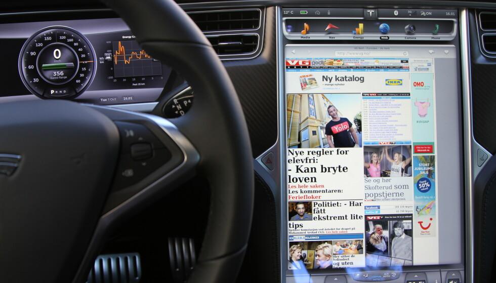 SEKS AV TI: Seks av ti foreldre med barn under 18 år, sier at de har opplevd av skjermen i bilen har tatt oppmerksomheten vekk fra veien og skapt farlige situasjoner. Foto: Rune Korsvoll