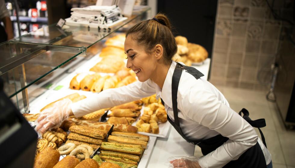 KARRIEREBYGGING: Studenter har gjerne deltidsjobb i et klassisk serviceyrke, som restauranter, butikker og kaféer. Det er imidlertid mye god erfaring fra disse jobbene som kan bli relevant for framtidige arbeidsgivere i helt andre bransjer, ifølge forbrukerøkonom. Foto: Shutterstock/NTB