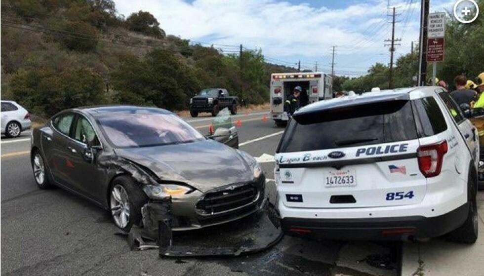 KJØRER IKKE SELV: Bilen er ikke i stand til å kjøre helt selv. Det fikk denne sjåføren erfare etter å ha krasjet inn i en politibil ved Laguna Beach. Foto: Laguna Beach Police Department