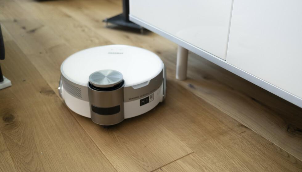 FOR LAVT: Ser du hybelkaninen til høyre? Den får ikke Jetbot 90 AI+ tak i fordi den ikke kommer seg under TV-bordet. Foto: Martin Kynningsrud Størbu