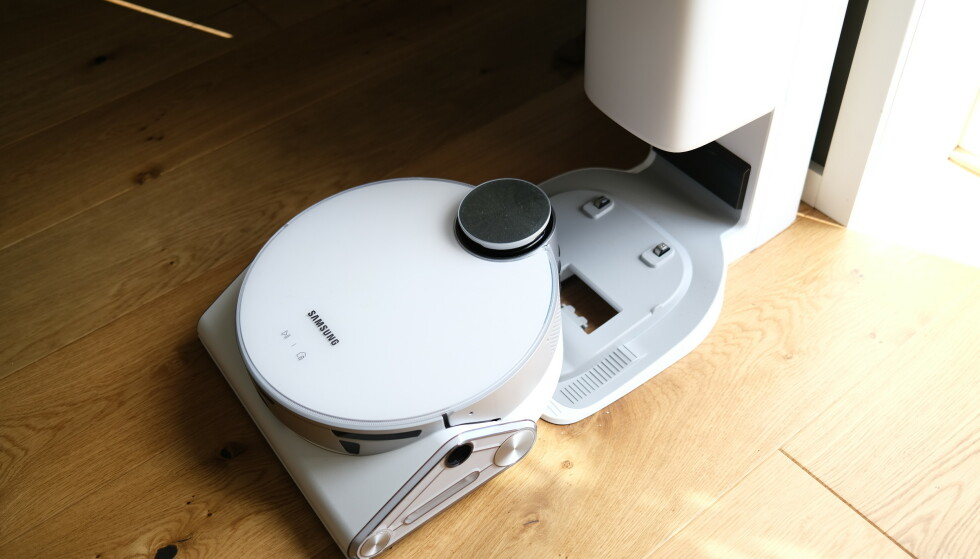 CLEAN STATION: Samsung Jetbot 90 AI+ har en kombinert dokk- og tømmestasjon. Foto: Martin Kynningsrud Størbu
