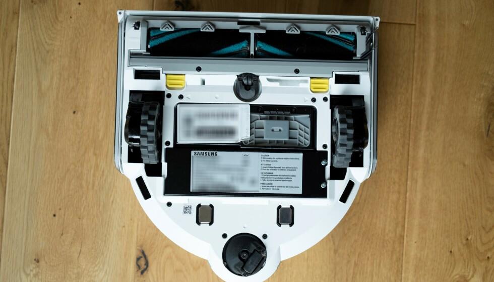 JETBOT 90 AI+: Slik ser det ut på undersiden. To store gummihjul og en todelt hovedbørste. Foto: Martin Kynningsrud Størbu