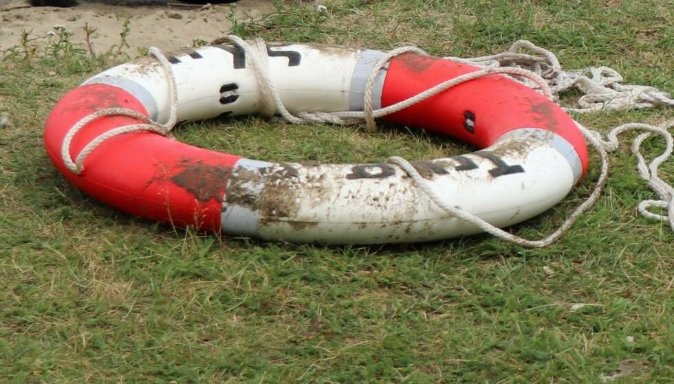Bare i år skal hundrevis av Trygs velkjente livbøyer ha forsvunnet. Selskapet har observert at en rekke bøyer har blitt brukt som leketøy i russebusser. Foto: Tryg