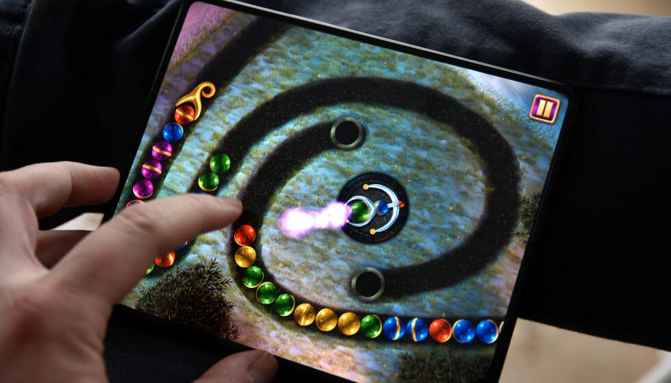 STOR SKJERM: Med 7,6 tommer i tilnærmet 4:3-format er den største Fold-skjermen ypperlig til en del spill. Foto: Pål Joakim Pollen