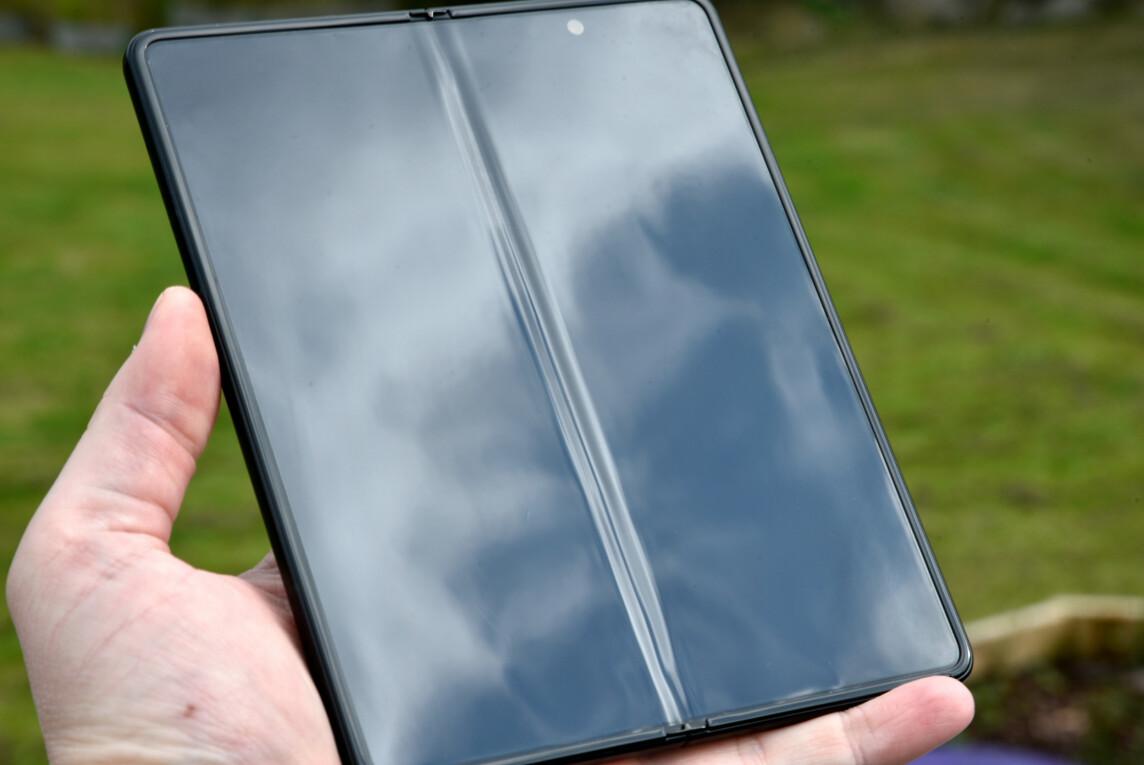 BULK: Langs bretten er bulken i skjermbelegget godt synlig, og den kjennes også når du drar fingeren over den. Foto: Pål Joakim Pollen