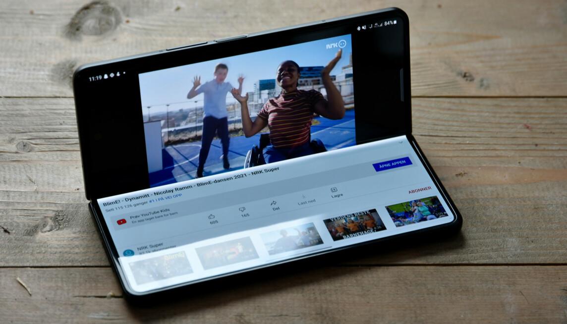 HYBRID: Mange apper støtter en egen visningstype når telefonen står som en bærbar PC. YouTube lar deg for eksempel se videoen øverst, mens du kan lese kommentarer og den slags på den nederste delen av skjermen. Foto: Pål Joakim Pollen