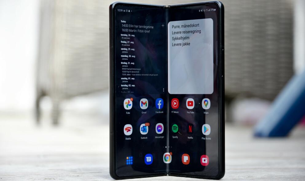 DOBBEL: Samsung Galaxy Z Fold 3 ser ut som en tjukk telefon helt til du bretter den ut. Foto: Pål Joakim Pollen