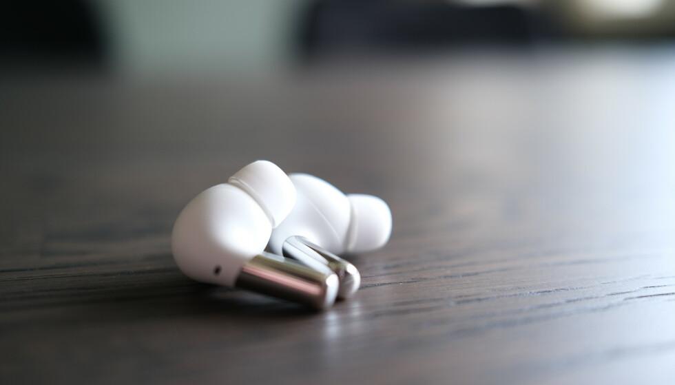 Støydemping, bedre propper og solid batteritid gjør at OnePlus Buds Pro fortjener pro-navnet. Foto: Martin Kynningsrud Størbu