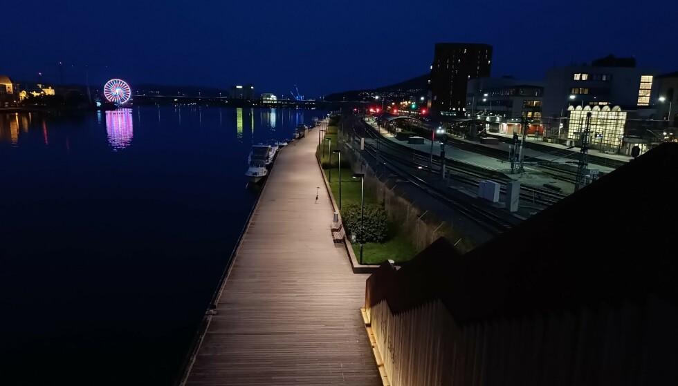 Oversiktsbilder om kvelden blir som regel gode – og bedre av hva vi forventer til et mobil til 5000 kroner. Foto: Martin Kynningsrud Størbu