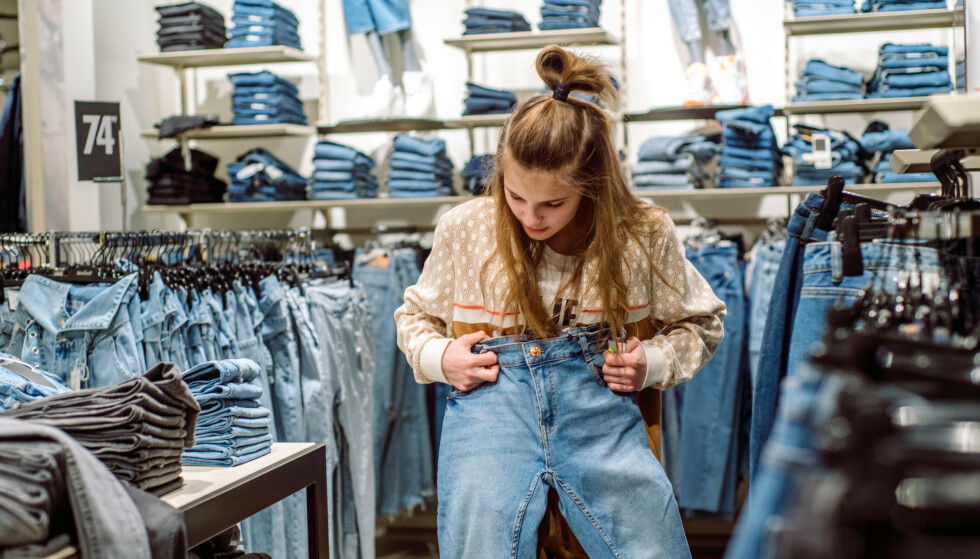 FAVORITT: Er det ett plagg vi kler oss med så å si verden rundt, må det være jeans. Men hvilke er mest slitesterke, og lønner det seg å betale ekstra for den klassiske buksa? Les saken under for å få svar. Foto: Shutterstock/NTB