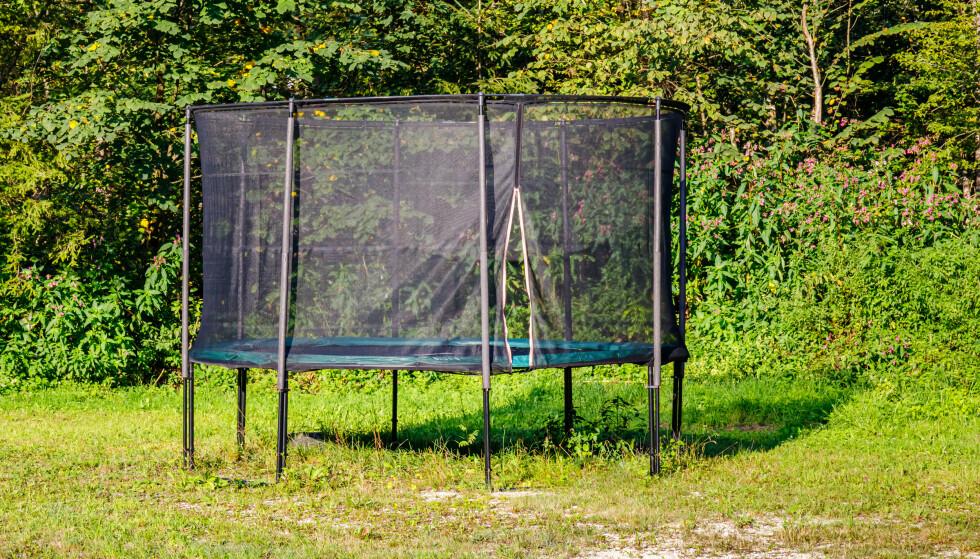 DET SMARTESTE: Sett trampolinen på gresset (et mykt underlag) uten hindringer over, under eller ved siden av - så kan du være trygg på at poden kommer fra hoppingen med liv og helse i behold. Foto: Shutterstock/NTB
