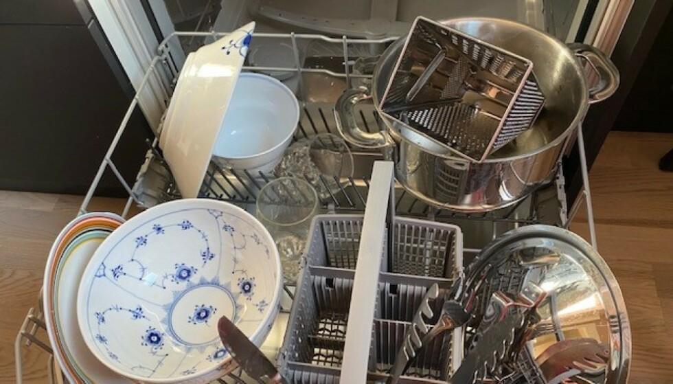 FINN FEIL: - Her vil du nok slite med å få et godt oppvaskresultat. Mye er gjort om du snur glass, boller og kjele andre veien slik at vannet ikke fyller seg oppi disse. Jeg ville nok også flyttet glassene eller rivjernet til hyllen over da jeg ser at det kan bli litt knapt med plass, sier Malin Skaare i Orkla til DinSide etter å ha sett bildet. Foto: Kamilla Thoresen