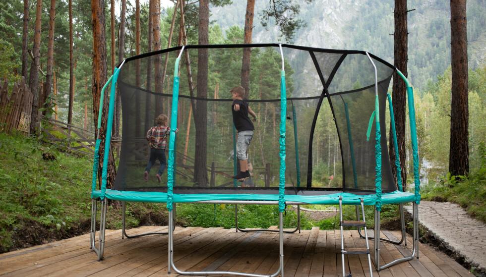 IKKE LURT: Mange setter trampolinen på plattingen eller andre harde underlag. Foto: Shutterstock/NTB
