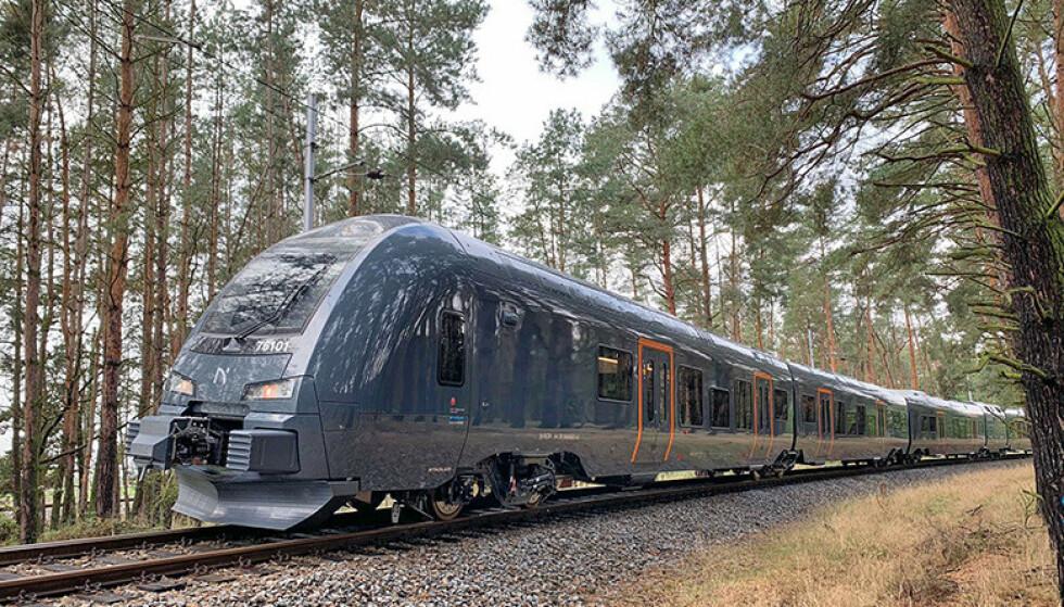 TOG-REVOLUSJON: Togene som snart trafikkerer Trønderbanen har, blant annet, kapasitet til nesten dobbelt så mange passasjerer som dagens tog, oppfyller kravene til universell utforming og passasjerene vil oppleve mindre støy. I tillegg vil togsettene bidra også til å redusere CO2-utslipp per passasjer med opptil 30 prosent. Foto: Stadler/Norske tog.