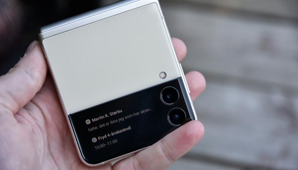VARSLER: Du får varslene levert på den lille skjermen, og det gjør at du kanskje ikke trenger å tenne den store hver gang det skjer noe. Foto: Pål Joakim Pollen