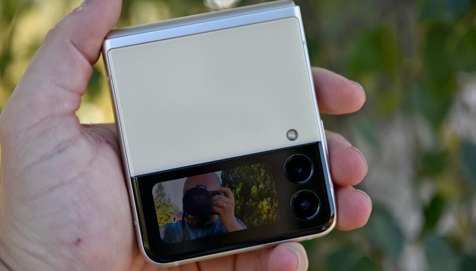 SELFIE: Du kan bruke den lille skjermen som søker når du tar selfier, og ta bildene ved å trykke på volumbryteren. Foto: Pål Joakim Pollen