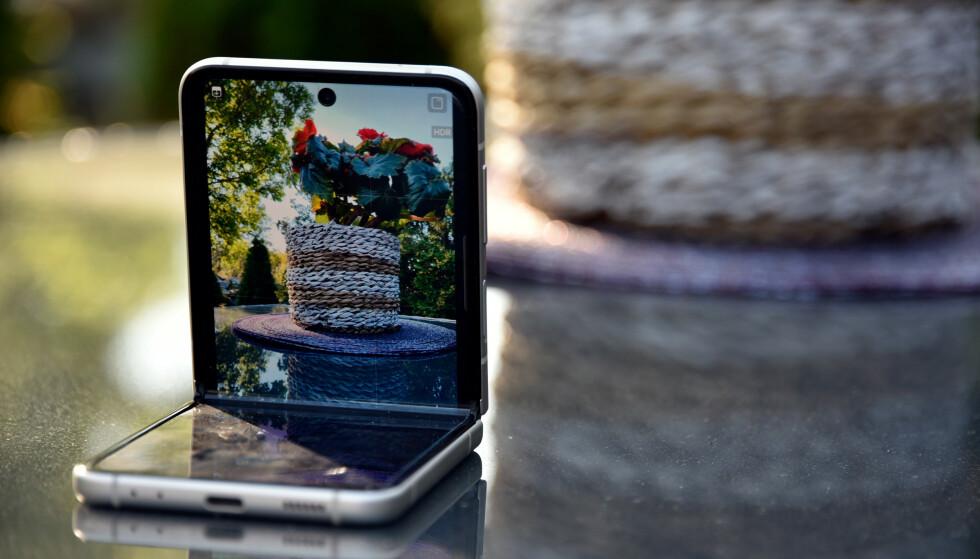 STATIV: Knekker du telefonen halvveis, får du et innebygd kamerastativ. Foto: Pål Joakim Pollen