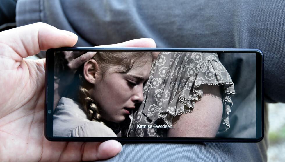 BRED: Skjermen på Sony Xperia 1 III er i 21:9-format, og dermed vil filmer skutt i det formatet fylle hele skjermen. Foto: Pål Joakim Pollen