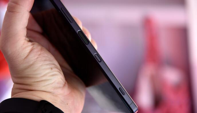 FLERE KNAPPER: Volumbryter, strømknapp/fingerleser, Google Assistent-knapp og kameraknapp. Foto: Pål Joakim Pollen