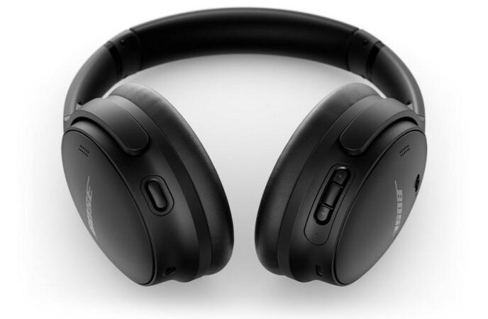 NY KNAPP: Knappen på venstre øreklokke bytter mellom støydemping og det stikk motsatte - at lyden utenfra forsterkes inn i øret ditt slik du hører like godt som om du ikke har på hodetelefoner. Foto: Bose
