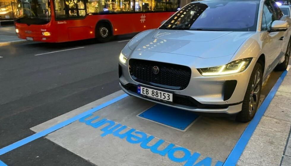 LADER TRÅDLØS: Jaguar I-Pace utstyrt med ladeplate på undersiden kan lade trådløst i Oslo. Foto: Momentum Dynamics