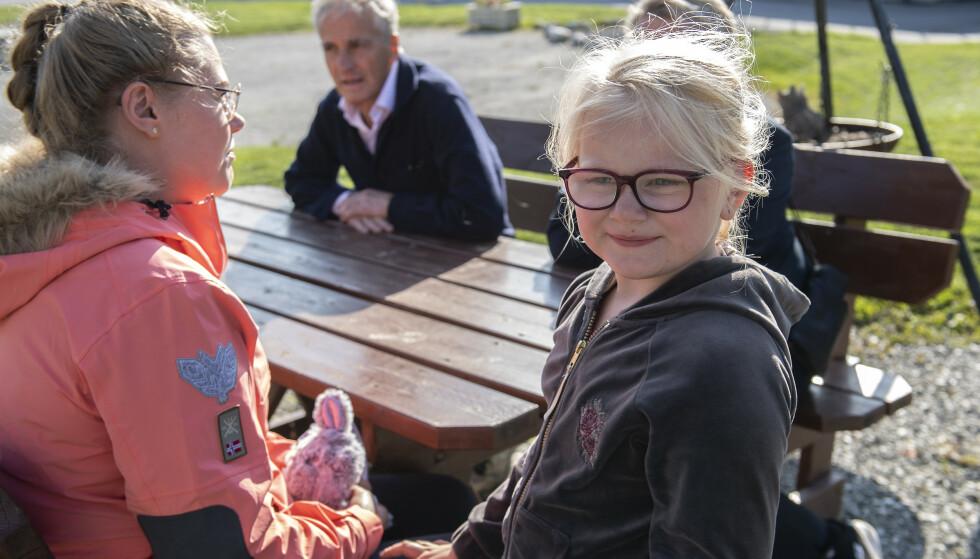 BRILLESTØTTE: Milla-Sofie, 4 år, har sterkt nedsatt syn og treng stønad til gode briller. Mor Jannike Elise Nielsen diskuterer med Jonas Gahr Støre, AP. Foto: Marit Hommedal / NTB