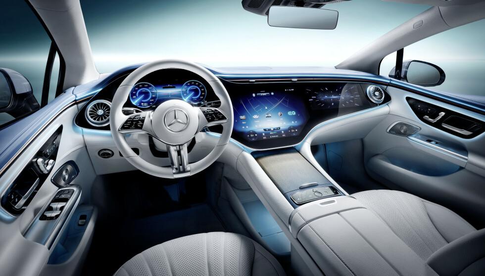 DASHBORD I GLASS: Dette enorme dashbordet i glass strekker seg i hele bilens bredde. Her kan blant annet passasjeren foran se film under kjøring. Foto: Daimler