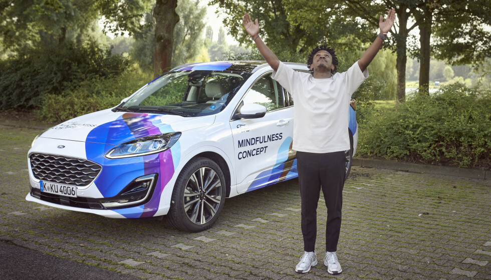 MEDITASJON: I tillegg til en oppfriskende kupé, gir bilen også instruksjoner i enkle Yoga-øvelser. Foto: Ford