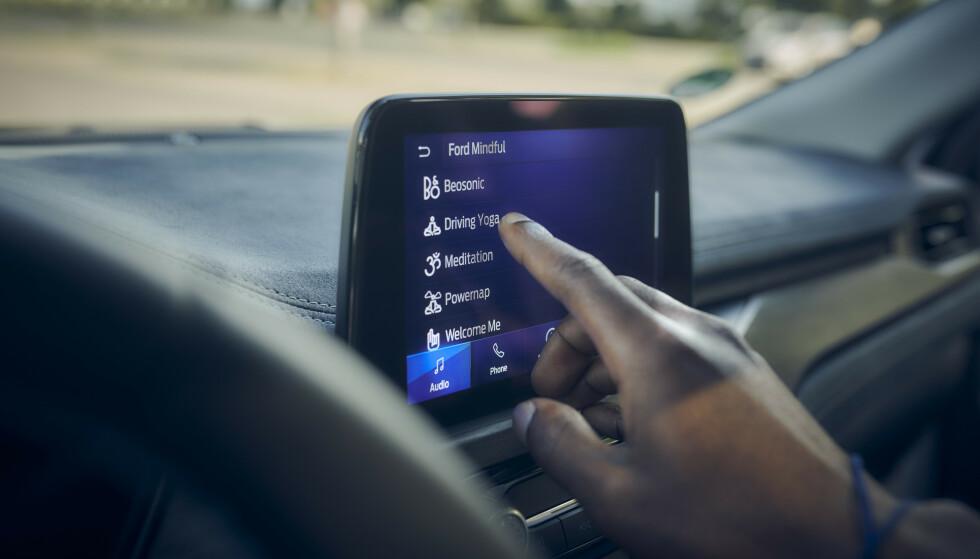 VELG STEMNING: DU kan velge musikk og belysning etter den stemningen du er i. I tillegg har den en funksjon som hjelper deg til en powernap når du kjører langt. Foto: Ford