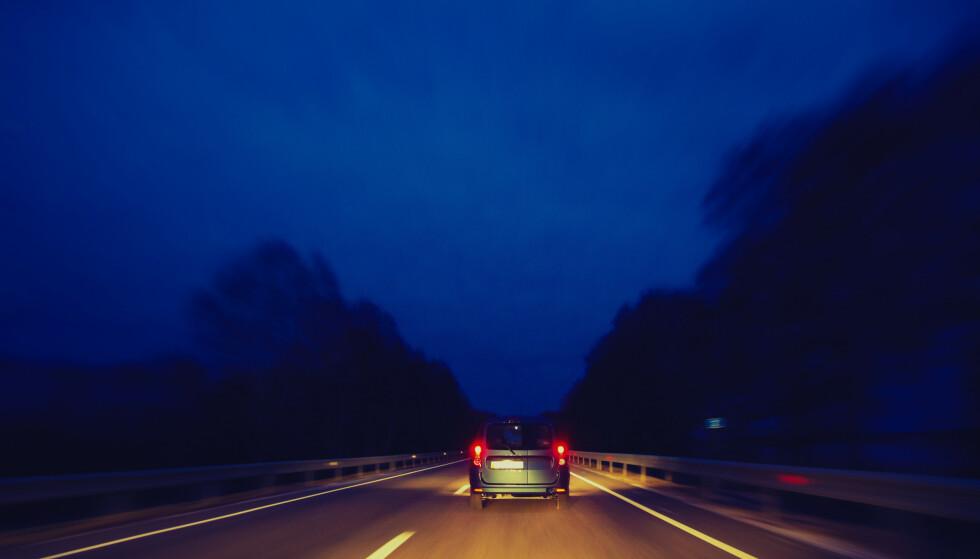 SJEKK LYSENE: Det er viktig å sjekke lysene før høstmørket kommer. Foto: Vadven / Shutterstock / NTB