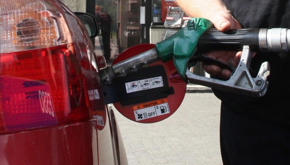 OVER OG UT: I august ble det solgt bare 519 dieselbiler og 7532 rene bensinbiler i Norge. 71,9 prosent av folket kjøpte elbil. Foto: Rune Korsvoll