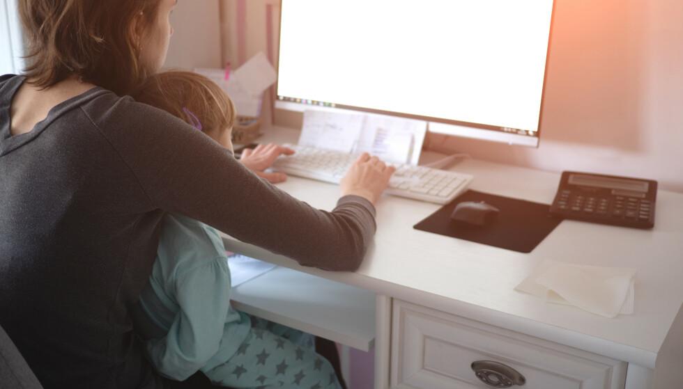HJEMME MED BARN: Hva skjer hvis de midlertidige reglene for omsorgsdager opphører og du må være hjemme med et barn som er satt i karantene, men som er friskt og symptomfritt? Les saken for å få svar. Foto: Shutterstock/NTB