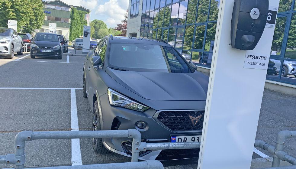 OK REKKEVIDDE: Med offisiell WLTP-rekkevidde på opptil 59 km skal Cupra Formentor fungere helelektrisk til daglig bruk. Hurtiglading er ikke anbefalt på hybridbiler. Foto: Øystein B. Fossum