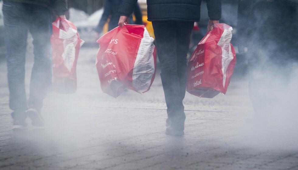 DYRERE VARER: Julehandelen blir rammet av prisøkninger i år. Illustrasjonsfoto: Jon Olav Nesvold / NTB