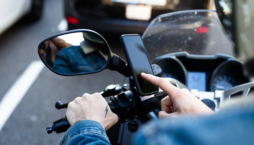 ADVARER: Apple anbefaler at du ikke fester en nyere iPhone til en motorsykkel. Foto: Shutterstock/NTB