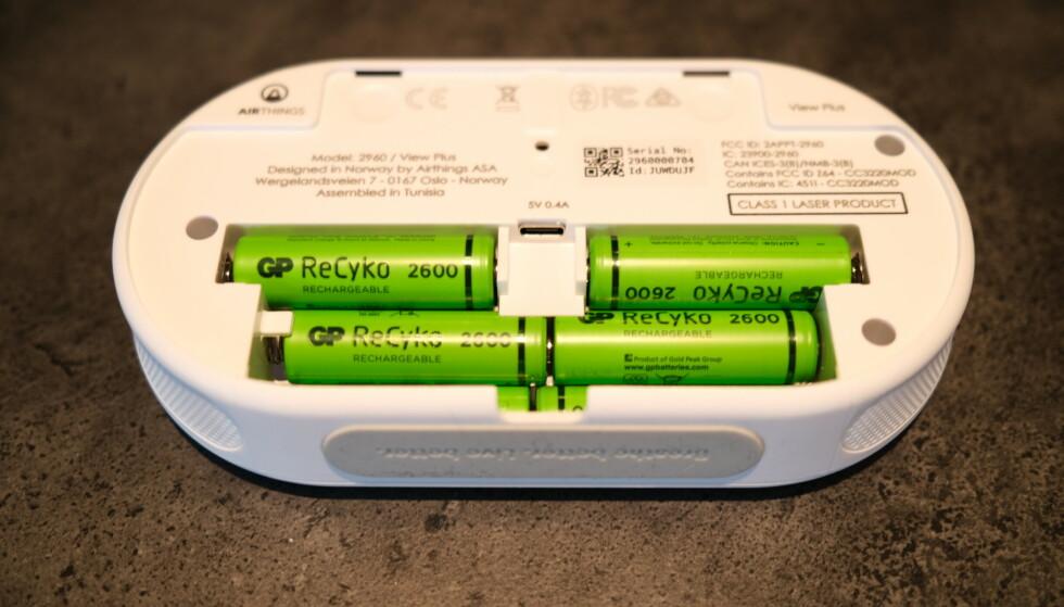Airthings Wave View Plus drives av seks AA-batterier, eller du kan koble den til strømnettet. Foto: Martin Kynningsrud Størbu