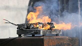 ELSPARKESYKKEL: Her brenner det i et litium ion-batteri fra en elsparkesykkel. Foto: If