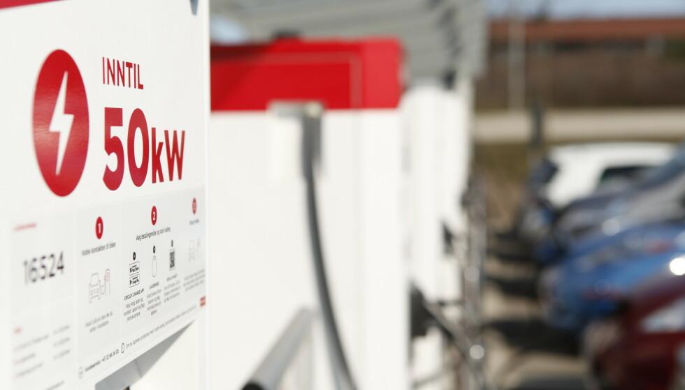 IKKE UVANLIG: Det er fortsatt mange hurtigladere som kun tilbyr hastighet på 50 kW, som naturligvis er langt tregere enn 360 kW. Foto: Øystein B. Fossum