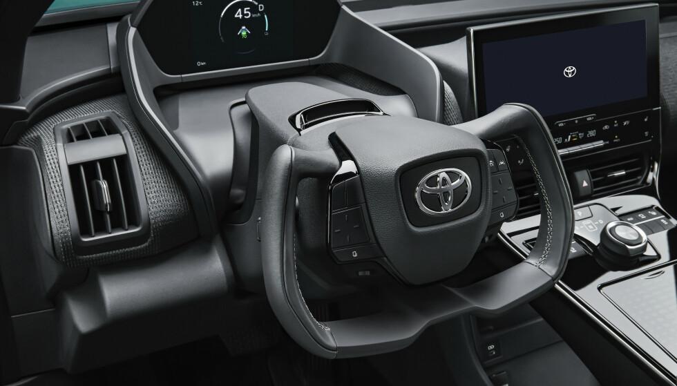 KUTTER FORBINDELSEN: Toyota kutter forbindelsen mellom rattet og hjulene. Styringen overlates til en datamaskin og en elektromotor, slik som på fly. Foto: Toyota