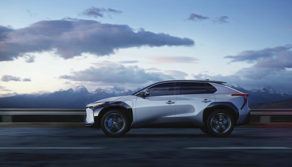 NESTE ÅR: I presentasjonen av den nye elbilen bZ4X, som lanseres neste år, sier Toyota at det kan bli aktuelt å ta bort det gamle, runde rattet. Foto: Toyota