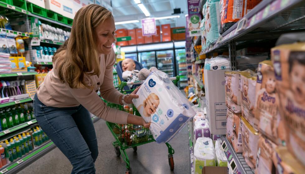 NYTT PRISKUTT: Nå får småbarnsforeldre annenhver bleiepakke gratis hos Kiwi. Foto: Kiwi