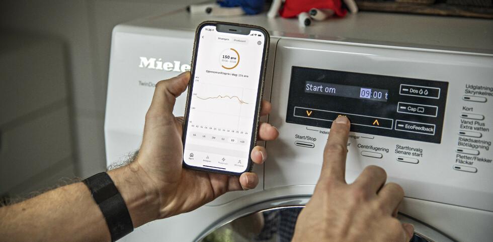 TIDSINNSTILLING: Vaskemaskin og oppvaskmaskin kan programmeres til å starte når strømprisen er lavest - eller slik at Nilssen kan komme hjem til rene klær og tallerker. Foto: Jørn Moen