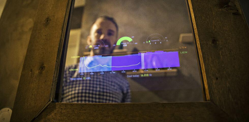 SANNHETENS SPEIL: I smartspeilet kan Kenneth Nilssen se strømprisen og -forbruket sitt i sanntid. Foto: Jørn Moen