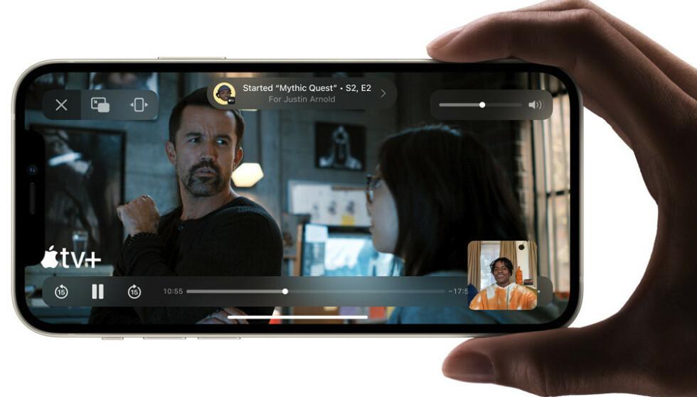 SharePlay lar deg se film eller høre musikk med andre over FaceTime, der avspillingen synkroniseres på alle enhetene. Foto: Apple