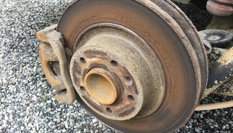 BREMSERUST: Rust på bremsene bak er den vanligste feilen biler ryker på i EU-kontrollen. Dette er synlig gjennom felgen og du sjekker det selv før du kjøper bilen. Foto: Rune Korsvoll