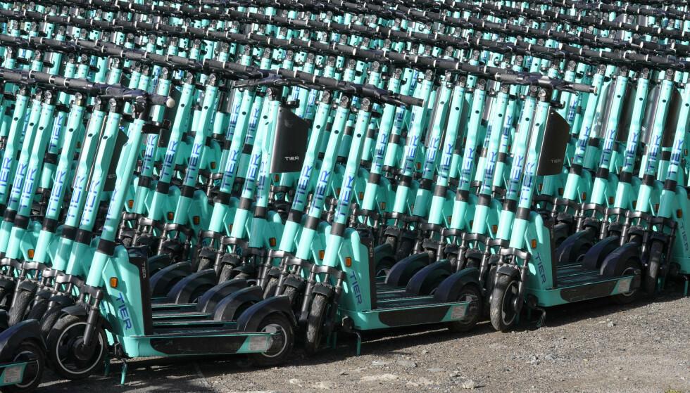 FJERNET FRA GATA: Hundrevis av sparkesykler fra selskapet Tier står parkert på et område på Økern. Foto: Terje Bendiksby / NTB